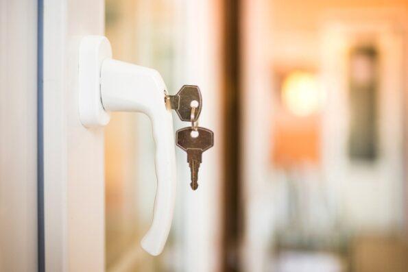 Puertas y ventanas de seguridad durante las vacaciones